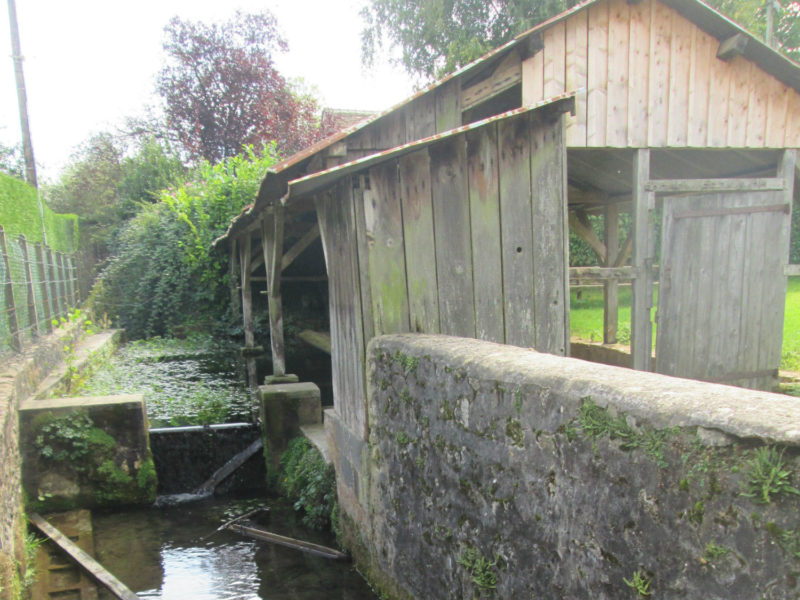 Restauration en cours du lavoir de Neuvy-en-Champagne
